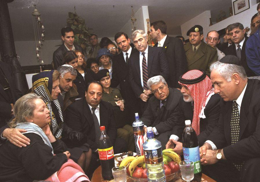 B. Netanyahou, entouré de Jordanie, avec les proches des victimes