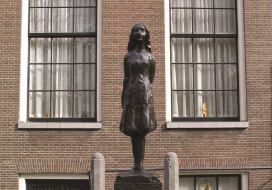 Une statue à l'effigie d'Anne Frank, à Amsterdam