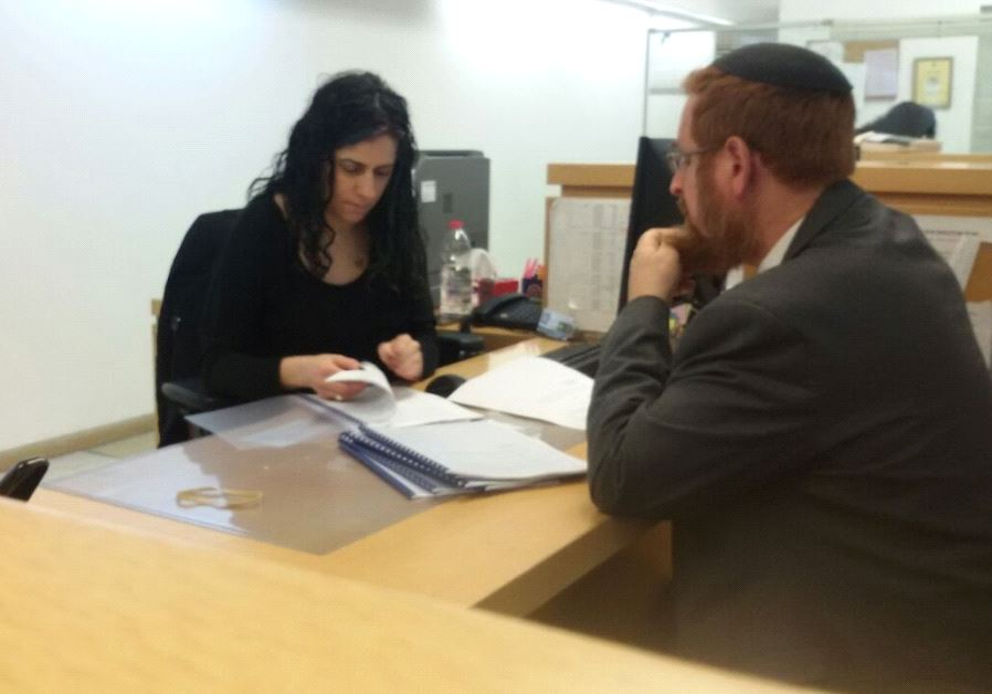 MK Yehudah Glick submitting the petition at the Supereme Court