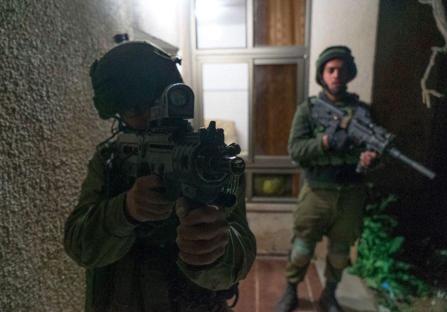 Les forces israéliennes attaquent un village terroriste qui a tué un soldat des FDI