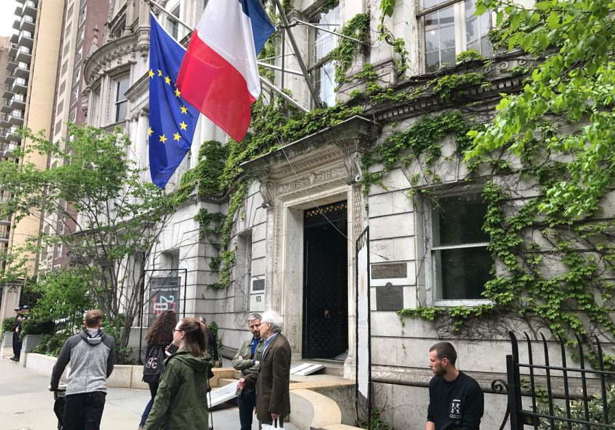 People in front of the French consulate in New York, preparing to vote.