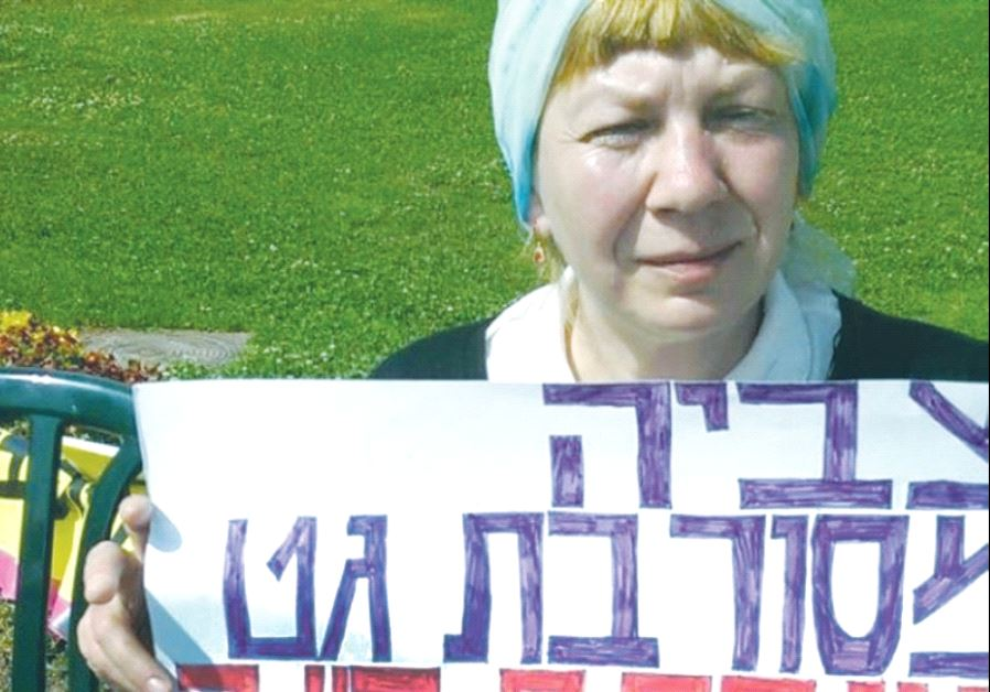 TZVIAH GORDETSKI holds a sign announcing her hunger strike outside the Knesset