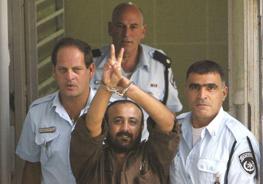 Marwan Barghouti entouré de gardiens de prison