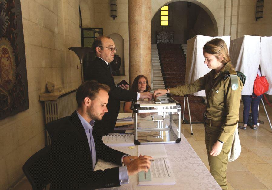 Une soldate votant lors d'élections