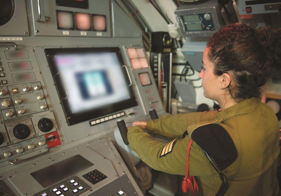Le sergent Yali aux commandes de la console du simulateur de pilotage