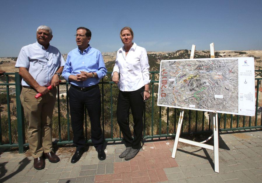 Isaac Herzog, Tzipi Livni with Ma'ale Adumim Mayor Benny Kashriel, May 18 2017.