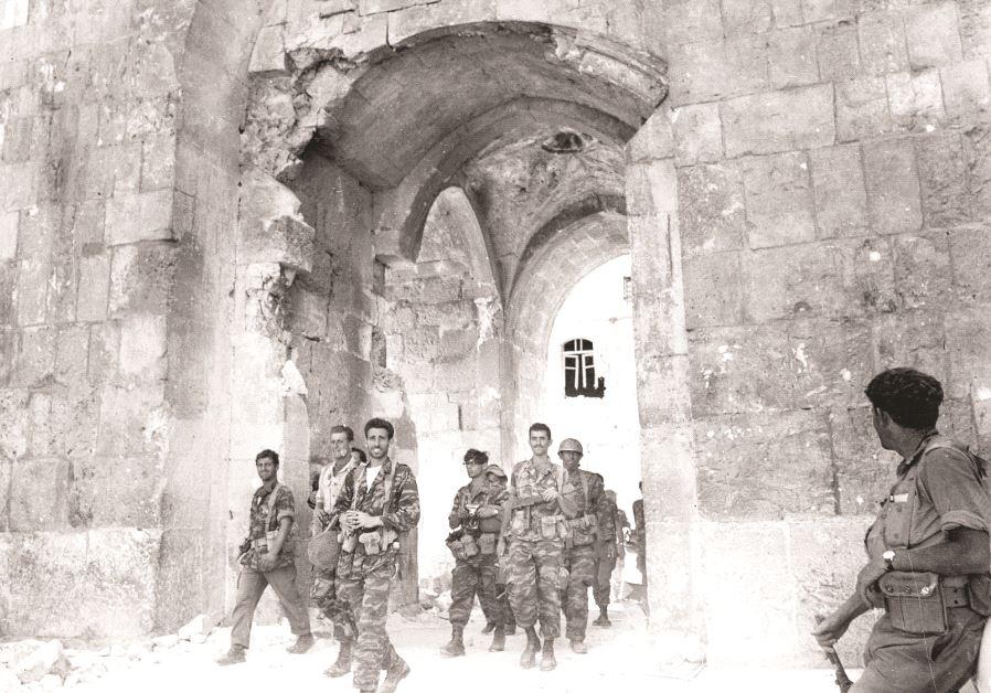 1967. Entrée des militaires israéliens en Vieille Ville par la porte des Lions