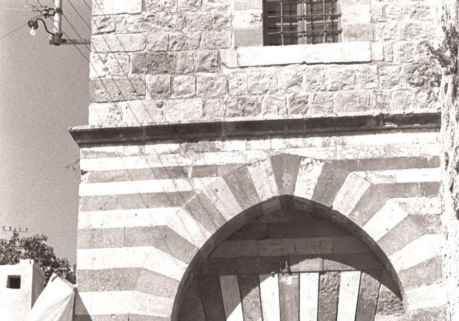 Moshé Dayan entouré  de Narkis et de Rehavam Zeevi à l'entrée  du Tombeau des patriarches à Hébron