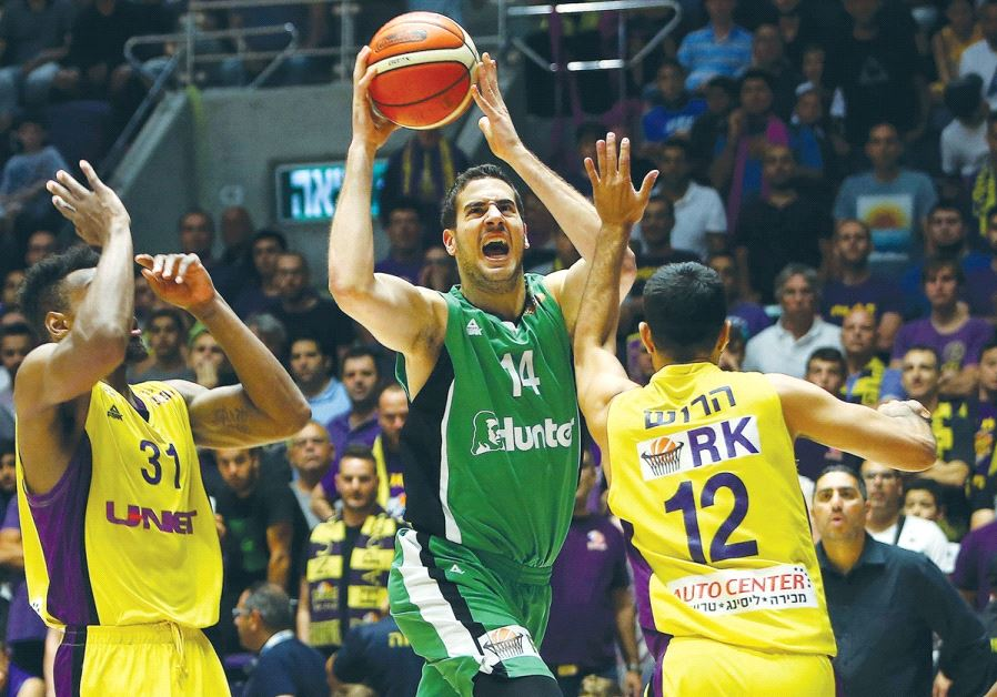 Maccabi Haifa forward Oz Blayzer (center) drives to the basket during last night's 78-77 win over Ha