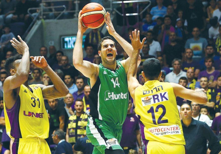 Maccabi Haifa forward Oz Blayzer (center) drives to the basket during last night's 78-77 win over Ha