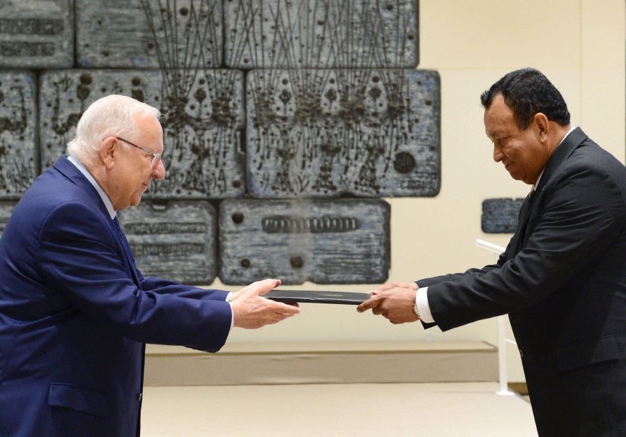 President Reuven Rivlin accepts the credentials of Honduras' new ambassador to Israel, June 15 2017.