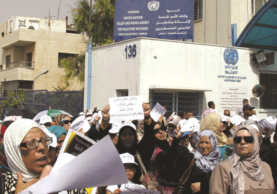 Des manifestants devant une représentation de l'UNRWA à Amman