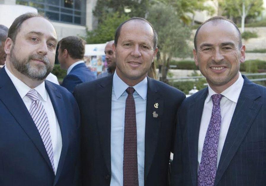 JERUSALEM MAYOR Nir Barkat is flanked by Ilia Salita (left) and Gennady Gazin.
