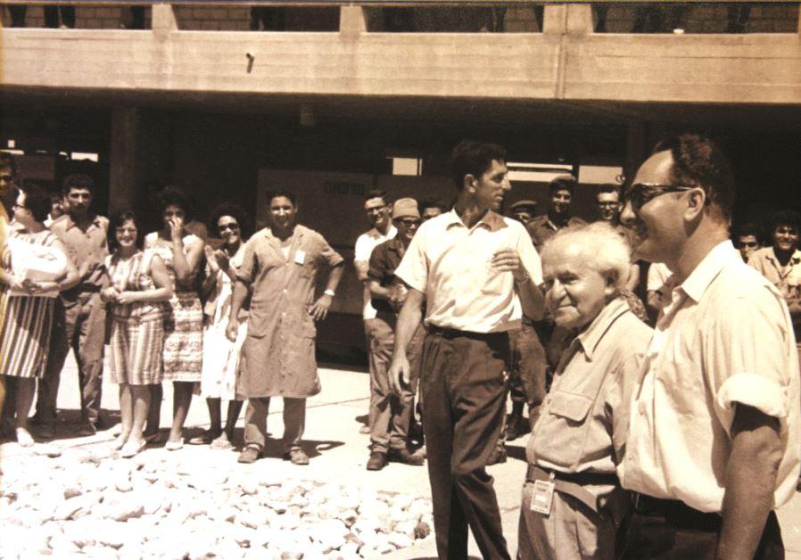David Ben-Gurion et Shimon Peres en visite sur le site du réacteur nucléaire de Dimona