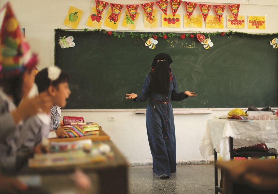 Professeur des écoles voilée, dans une école de l'UNRWA