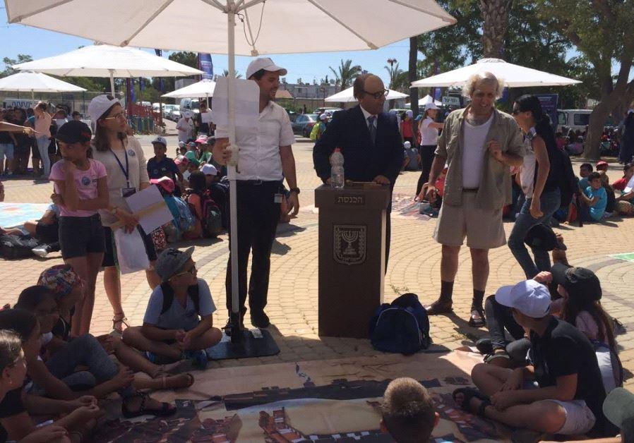 Impersonators of former prime ministers Menachem Begin and David Ben-Gurion teach children civics as