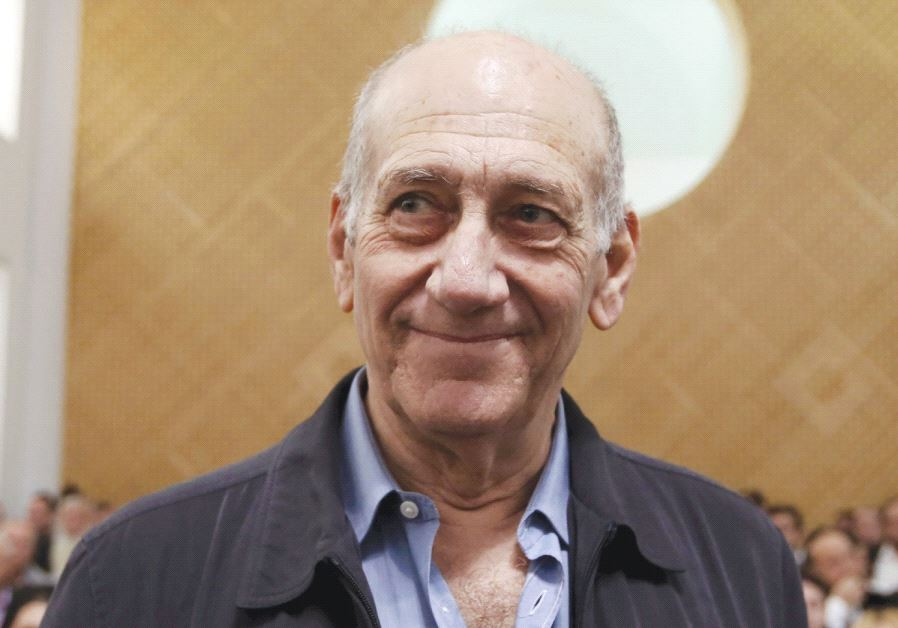 FORMER PRIME MINISTER Ehud Olmert waits for the judges at the Supreme Court in 2015