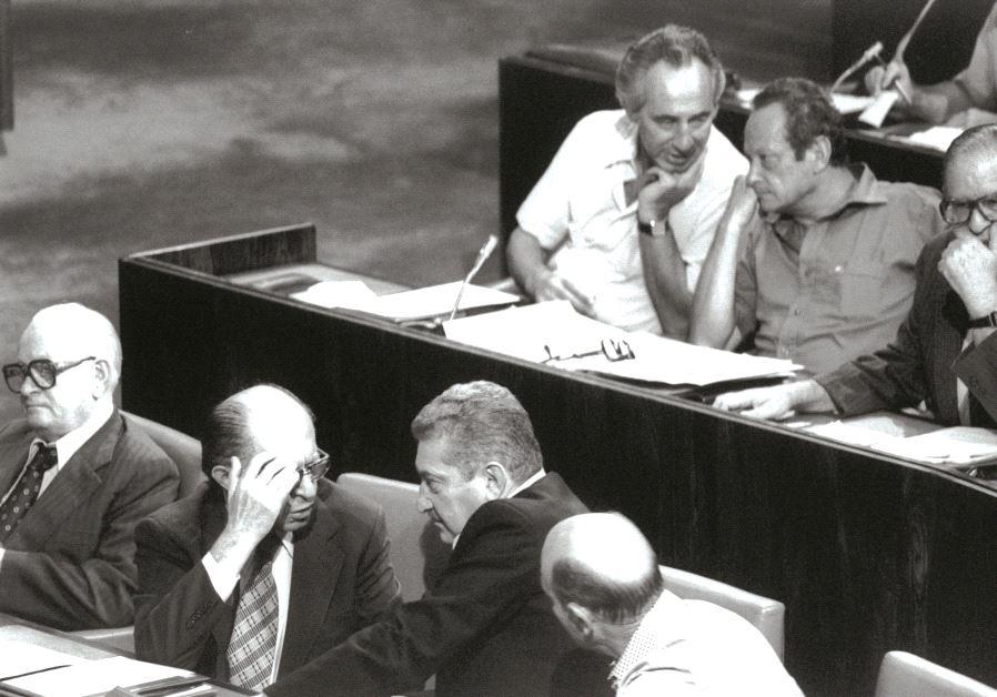 A la Knesset, aparté de Menahem Begin et Ezer Weizman, en arrière-plan, aparté de Shimon Peres