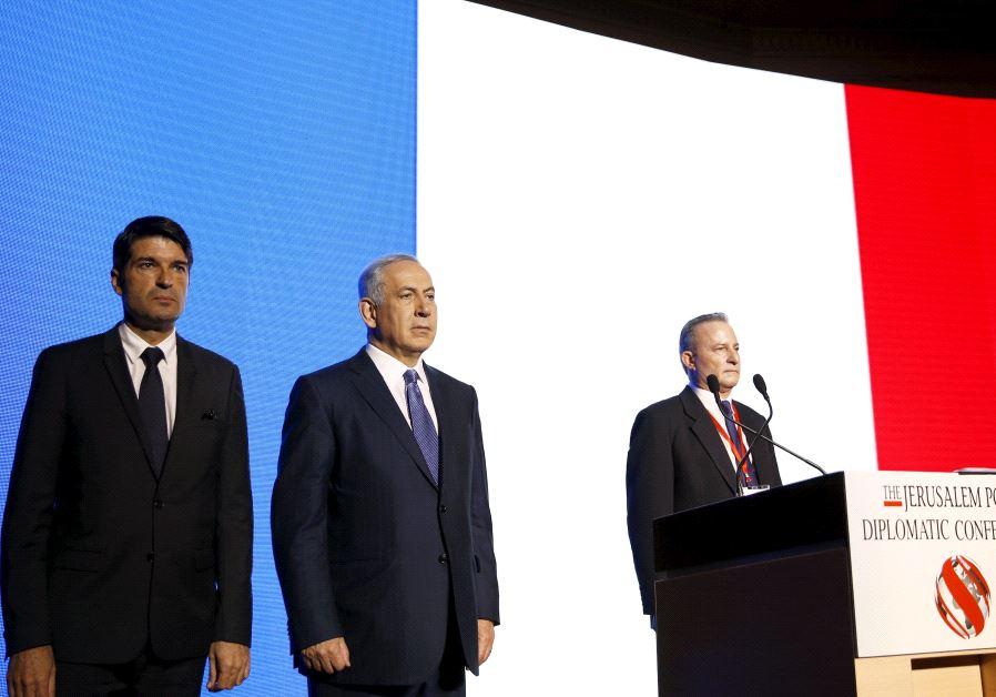 Israeli Prime Minister Benjamin Netanyahu (C) and former French Ambassador to Israel.