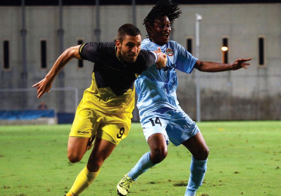 Beitar Jerusalem striker Itay Shechter (left) battles with Botev Plovdiv's Meledje Omnibes during la