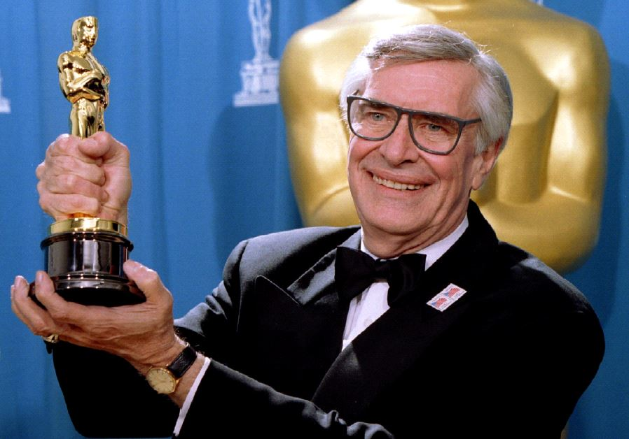 Actor Martin Landau displays the Oscar he won for Best Supporting Actor at the 67th Annual Academy Awards in Los Angeles ,March 27, 1995 (Reuters)