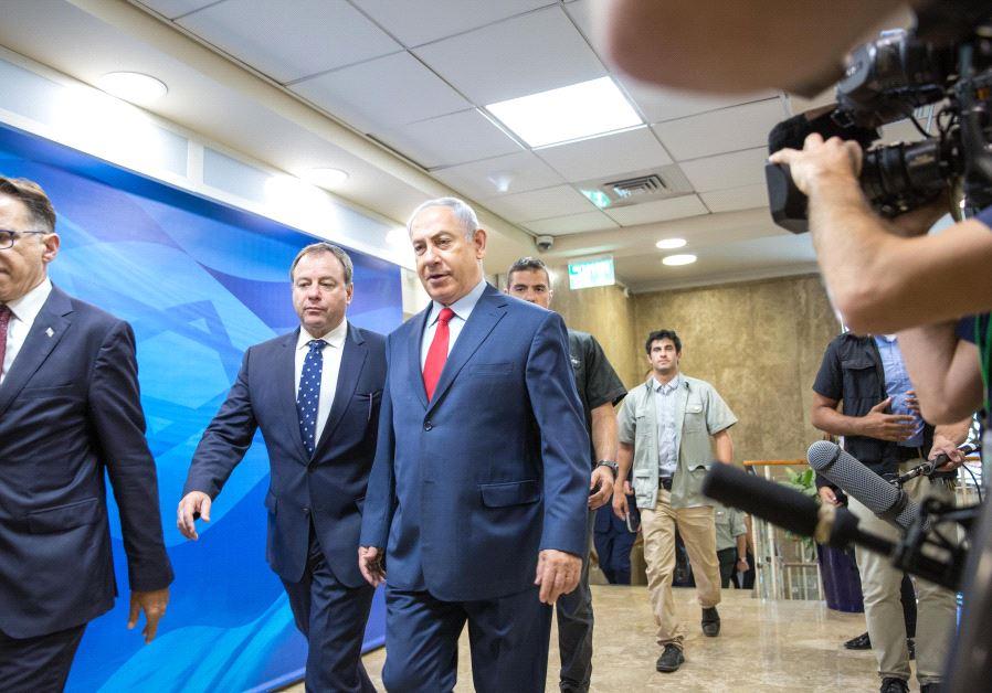 Netanyahu enters security cabinet meeting, August 2017