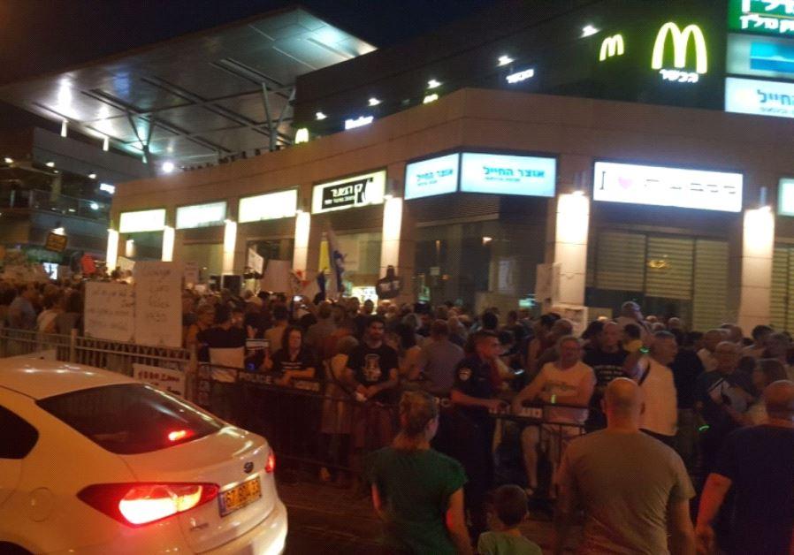 Anti-corruption demonstration near the Petah Tikva home of Attorney-General Avichai Mandelblit.
