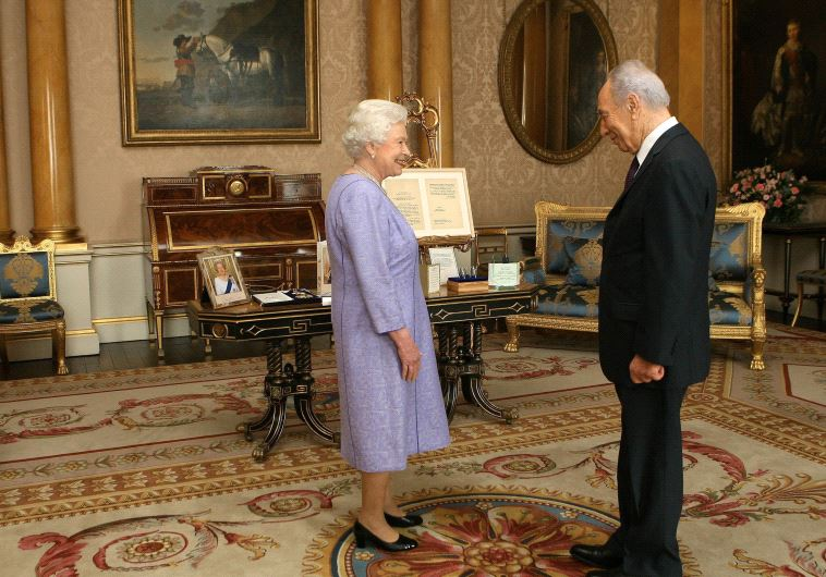 Britain's Queen Elizabeth receives Shimon Peres at Buckingham Palace, November 2008 (photo credit: REUTERS)