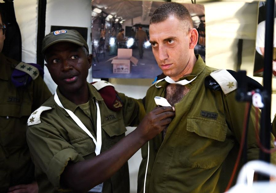 Lt. Col. Avraham Yitzhak demonstrates new medical technology (credit:  IDF SPOKESPERSON'S UNIT)